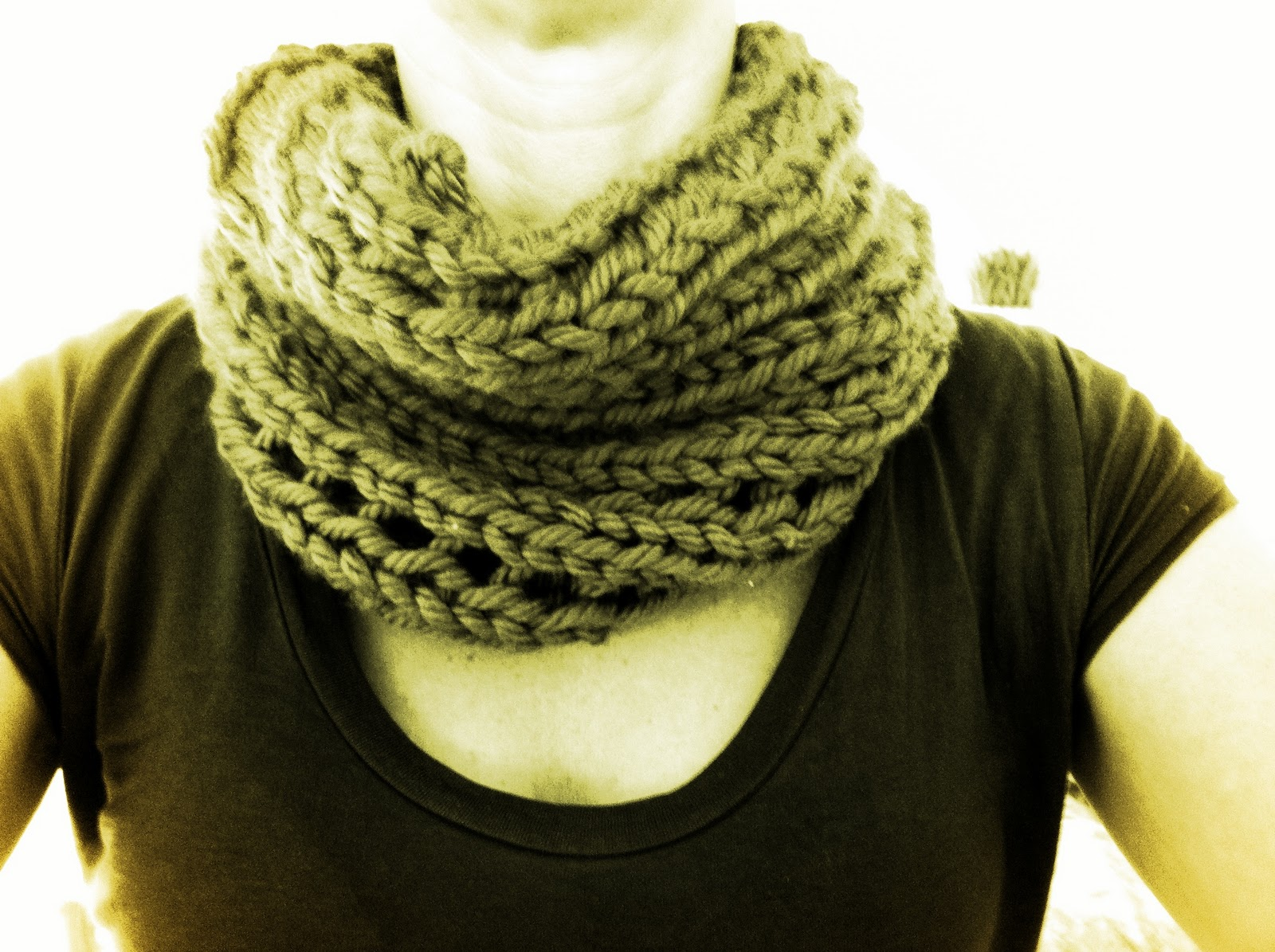 Free Knit Cowl Pattern : Free and Easy Chunky Cowl Pattern Twyste